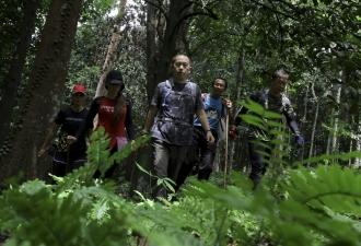SEREMBAN, 11 Ogos -- Kumpulan Badan Bukan Kerajaan (NGO) Kenny Chan (tengah) bersama rakan lain turut hari ini membantu misi pencarian seorang remaja warga Ireland Nora Anne Quoirin, 15, yang dilaporkan hilang pada 4 Ogos lalu. Operasi SAR yang telah memasuki hari kelapan tetap diteruskan seperti biasa dengan jumlah kekuatan anggota operasi seramai 317 anggota dari pelbagai agensi termasuk pasukan elit Polis Diraja Malaysia (PDRM) Komando VAT 69. --fotoBERNAMA (2019) HAK CIPTA TERPELIHARA