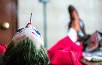 Joker-Joaquin-Phoenix-smoke-break